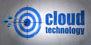Het concept van de wolkentechnologie: doel en Wolkentechnologie op muurachtergrond Stock Foto's