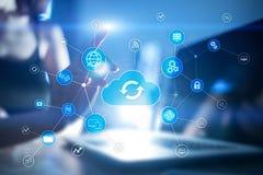 Het concept van de wolkentechnologie op het virtuele scherm Gegevensopslag en gegevensverwerking royalty-vrije stock fotografie