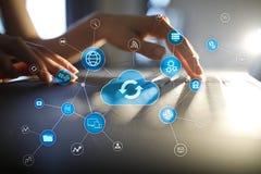 Het concept van de wolkentechnologie op het virtuele scherm Gegevensopslag en gegevensverwerking stock afbeelding