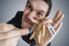Het concept van de wraak Jonge werknemer en voodoopop met Chef- etiket Royalty-vrije Stock Foto's