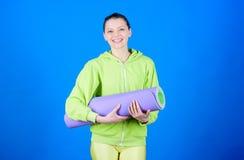 Het concept van de yogaklasse Yoga als hobby en sport Het praktizeren yoga elke dag Mat van de de greepgeschiktheid van de meisje stock fotografie