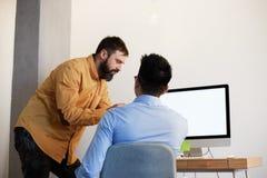 Het Concept van de Zakenmandesktop connecting networking van het Coworkingsproces Twee zekere jonge mensen die Desktopmonitor bek stock fotografie