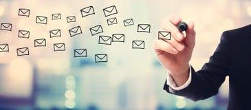 Het concept van de zakenmantekening E-mail stock afbeelding