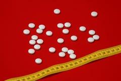 Het concept van het dieet Vermageringsdieet met pillen, abletes, gevaarlijk voor gezondheid anorexie, gevaarlijke boulimie - royalty-vrije stock afbeeldingen