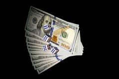 Het concept van dobbelt De dollars en dobbelen Op dobbel viel zes Geïsoleerd op een zwarte achtergrond Stock Afbeelding