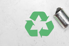 Het concept van Eco Afval recyclingssymbool met huisvuil op steen Stock Afbeelding