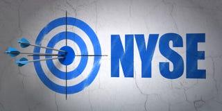 Het concept van effectenbeursindexen: doel en NYSE op muurachtergrond Stock Foto's