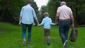 Het concept van familiegeneraties: Vader, zoon en Opa, in openlucht, in Aard, die van hun Kwaliteitstijd genieten samen, allen bi stock footage