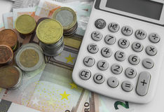 Het concept van financiën en van de boekhouding Geldmuntstukken en bankbiljetten met ca royalty-vrije stock afbeelding