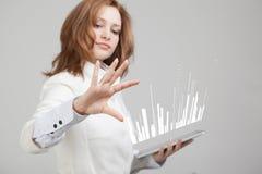 Het Concept van financiëngegevens Vrouw die met Analytics werken De informatie van de grafiekgrafiek over het digitale scherm Stock Afbeeldingen