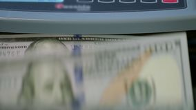 Het concept van het geldinkomen De Tellende Machine van de munt berekeningspapiergeld stock footage