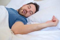Het concept van het gesnurkprobleem Mens in en bed die snurken slapen stock afbeeldingen