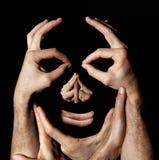 Het concept van gezichtshanden De illusie van de makelaardijmanipulatie Zwarte achtergrond stock fotografie
