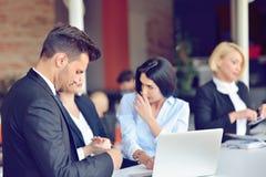 Het concept van het groepswerkproces De jonge medewerkers werken met nieuw startproject in bureau Analyseer document, plannen royalty-vrije stock fotografie