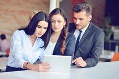 Het concept van het groepswerkproces De jonge medewerkers werken met nieuw startproject in bureau Analyseer document, plannen royalty-vrije stock foto