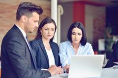 Het concept van het groepswerkproces De jonge medewerkers werken met nieuw startproject in bureau Analyseer document, plannen royalty-vrije stock afbeeldingen