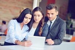 Het concept van het groepswerkproces De jonge medewerkers werken met nieuw startproject in bureau Analyseer document, plannen royalty-vrije stock foto's