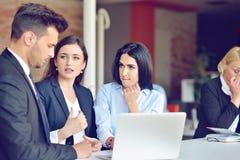 Het concept van het groepswerkproces De jonge medewerkers werken met nieuw startproject in bureau Analyseer document, plannen stock afbeeldingen