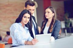 Het concept van het groepswerkproces De jonge medewerkers werken met nieuw startproject in bureau Analyseer document, plannen stock foto