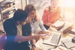 Het concept van het groepswerkproces De jonge medewerkers werken met nieuw startproject in bureau Analyseer document, plannen Mod stock foto