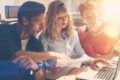Het concept van het groepswerkproces Het jonge werk van het medewerkersteam met nieuw startproject in bureau Analyseer document,  stock foto