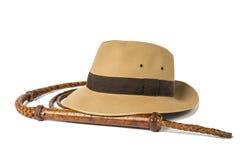 Het concept van het avontuur Fedora-hoed en bullwhip geïsoleerd op witte achtergrond stock foto
