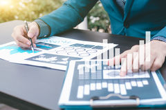 Het concept van het bedrijfsstatistiekensucces: fina van zakenmananalytics royalty-vrije stock foto's