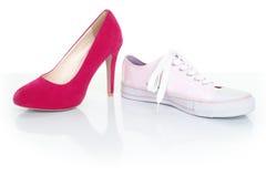 Het concept van het besluit/van de keus - vrouwenschoenen op wit Royalty-vrije Stock Afbeelding