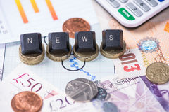 Het concept van het financiënnieuws met ponden Royalty-vrije Stock Foto's