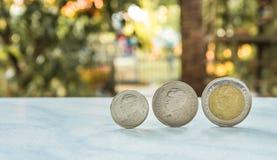 Het concept van het geld Groep het Thaise de stapel van het badmuntstuk groeien Royalty-vrije Stock Foto's