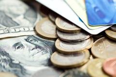 Het concept van het geld - muntstukken, dollarrekeningen en bankkaarten Stock Foto