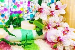 Het concept van het kuuroord met overzees zout, bamboe, orchidee royalty-vrije stock afbeelding