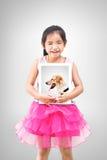 Het concept van het liefdehuisdier meisje die een beeld van haar hond houden Stock Afbeeldingen
