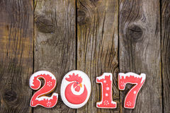 Het concept van het nieuwe jaar Figuur 2017 van peperkoek, spartak op een houten achtergrond, ruimte voor tekst Royalty-vrije Stock Foto