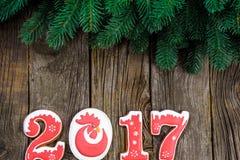 Het concept van het nieuwe jaar Figuur 2017 van peperkoek, spartak op een houten achtergrond, ruimte voor tekst Royalty-vrije Stock Afbeelding