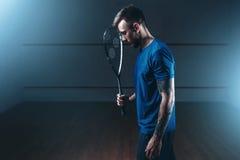 Het concept van het pompoenspel, mannelijke speler met racket stock foto's