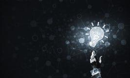 Het concept van het technologieidee met gloeiend bolpictogram en wat betreft het F Stock Afbeeldingen