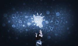 Het concept van het technologieidee met gloeiend bolpictogram en wat betreft het vinger Stock Foto's