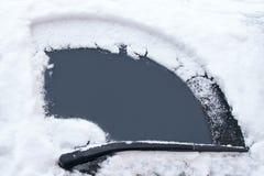 Het concept van het vervoer Het venster van de auto is schoongemaakt van sneeuw door wissers in de de winterdag stock fotografie