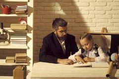Het Concept van het huisonderwijs Mens en kid do homework royalty-vrije stock afbeelding