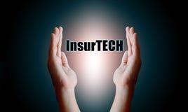 Het concept van Insurtech van de verzekeringstechnologie, Menselijke handholding en Royalty-vrije Stock Foto