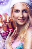 Het concept van Kerstmis. gelukkige vrouw met gift Stock Afbeeldingen