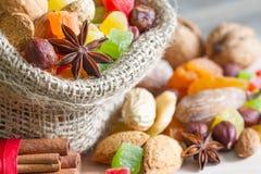 Het concept van het Kerstmisbaksel met noten en droge vruchten in de keuken stock foto's