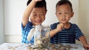 Het concept van het kinderenonderwijs met geldkruik stock footage