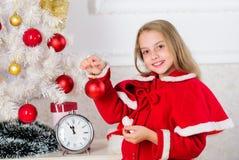 Het concept van het kinderjarengeluk Het kind viert thuis Kerstmis Favoriete dag van het jaar De Viering van Kerstmis kid royalty-vrije stock fotografie