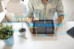 Het concept van het klantrelatiebeheer op het virtuele scherm Woordenwolk royalty-vrije stock foto's