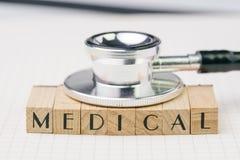 Het concept van het medische of gezondheidszorgonderwijs, zwart stethoscoop gezet o Stock Foto's