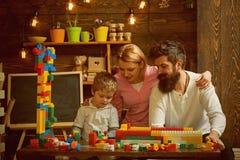 Het concept van het onderwijs Het spel van het kindspel met moeder en vader, onderwijs Het onderwijs en de steun van de familieop stock afbeeldingen