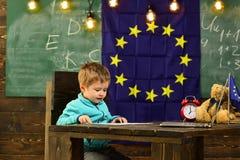 Het concept van het onderwijs Weinig jongen leert in klaslokaal, schoolonderwijs Elementair onderwijs en vroege ontwikkeling stock afbeeldingen