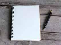 Het Concept van het ontwerp Hoogste mening van het notitieboekje en de ballpoint van hardcoverkraftpapier Royalty-vrije Stock Foto's